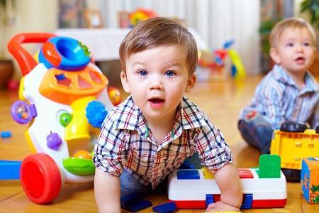 babies met speelgoed