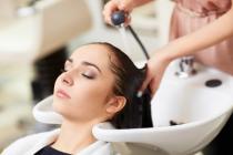 vrouw wast haren in kapsalon