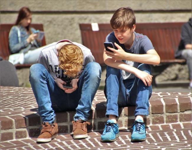 Mobiele telefoons vanaf volgend jaar verboden op Franse scholen