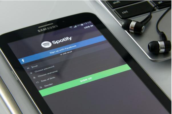Streamingdienst Spotify heeft afgelopen kwartaal minder verlies gemaakt.