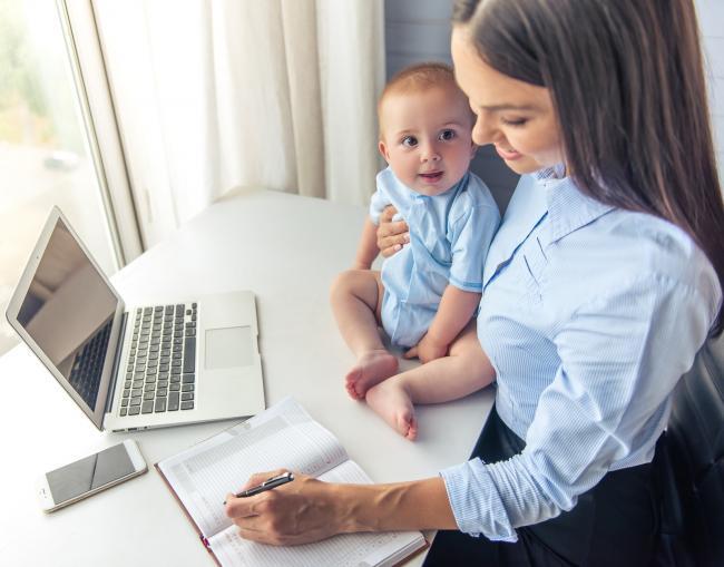 Steeds meer moeders blijven doorwerken na geboorte eerste kind