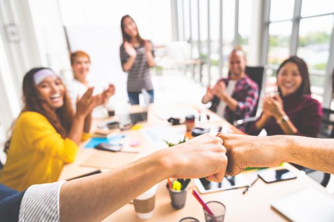 Vriendschap op de werkvloer: zo bouwt u een betere band op met uw collega's