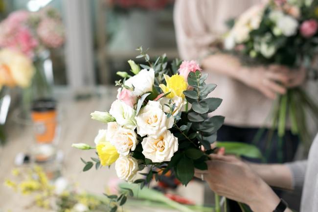 Bloemist maakt een boeket bloemen