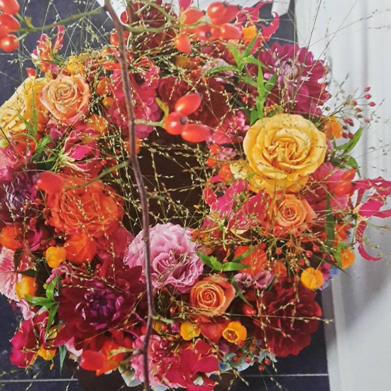Rouw/trouw krans in verschillende bloemsoorten op voorraad te maken.