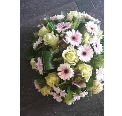 Rouw of trouwarrangementen kleur ,bloemen prijs in overleg .
