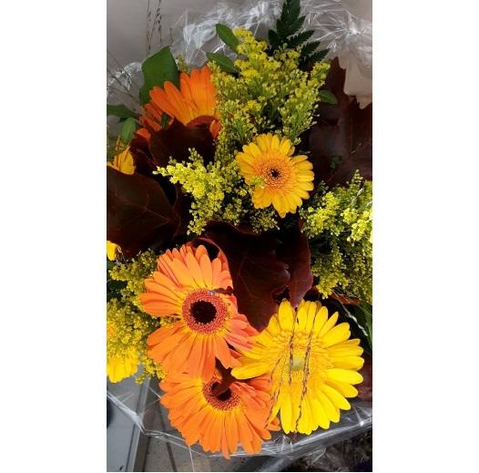 Rouw/trouw autoarrangement, kleur, soort bloem en prijs in overleg.