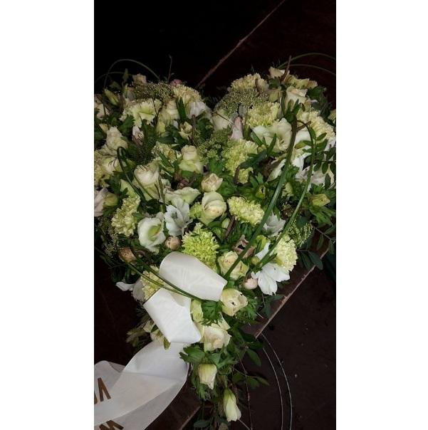 Rouw of trouwarrangementen ,in hartvorm ,bloemsoort ,grote en prijs in overleg .