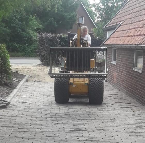Oprit halfsteens gelegd met gebakken dikformaat te Nieuwediep.