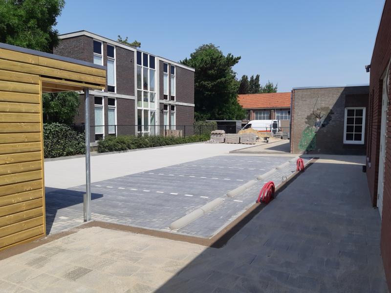 parkeerplaats met beton klinkers