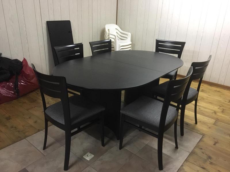 tafel is zeer mooi zwart. Uit trekbaar dan groot!