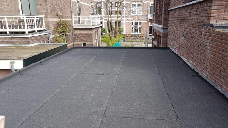 Garage  voorzien van een tweelaagse dakbedekking