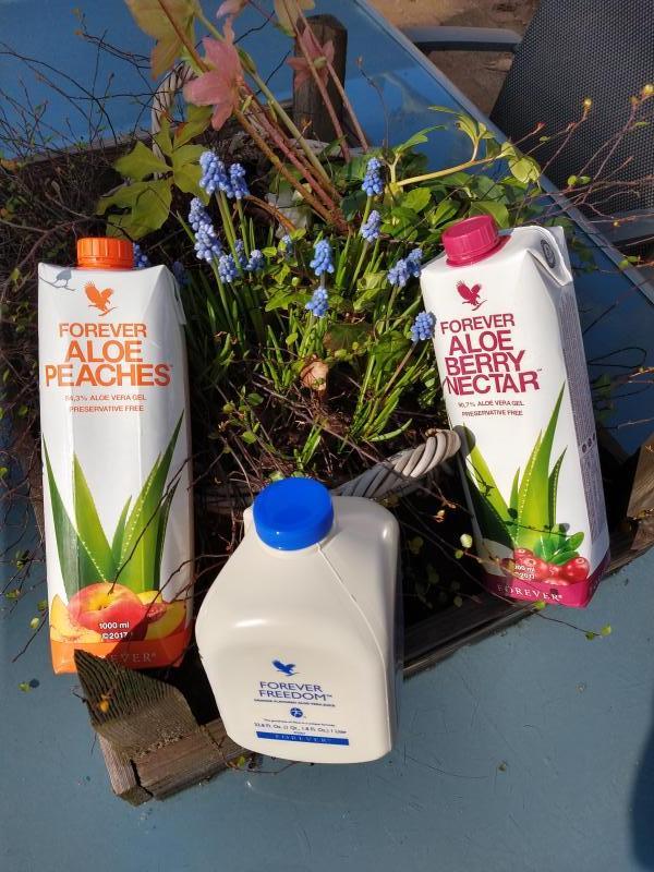 aloe vera gel, met 200 voedingsstoffen, in de voorjaarszon.