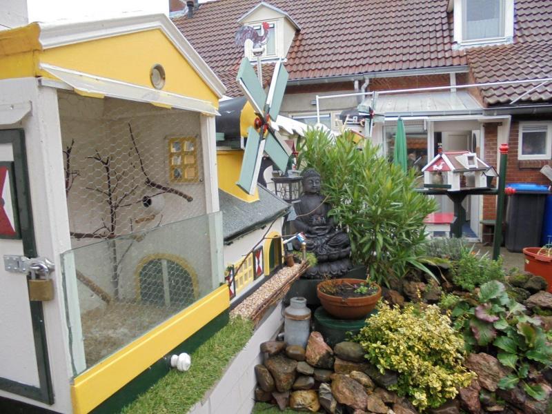 De tuin met aanzicht   vogelkooi en molens