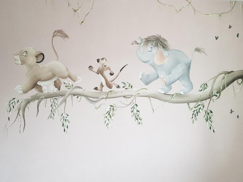 Muurschildering lion king op tak