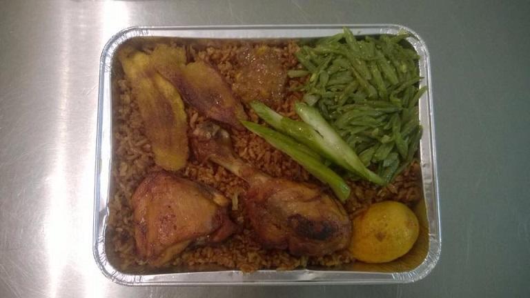 Nasi met Geroosterde kip, groenten, bakbanaan, sambel en zuur