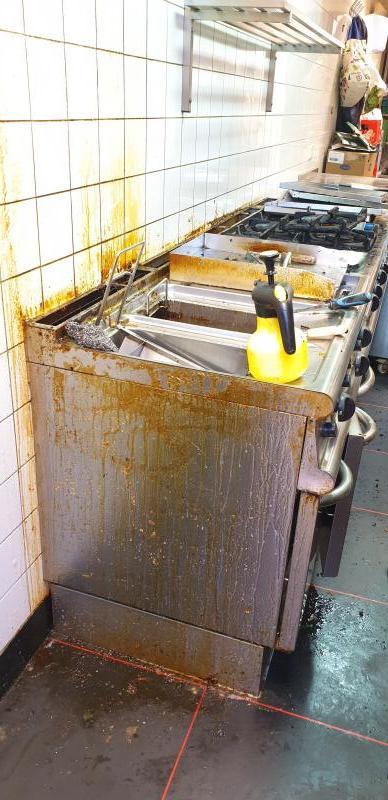Een met olie bevlekte keuken voor het werk