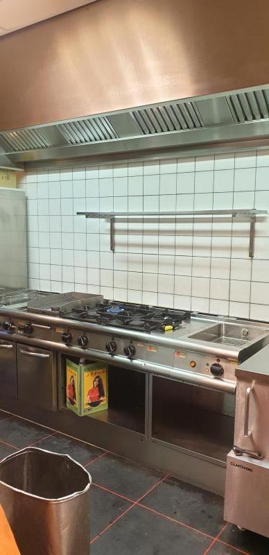 Een glazende keuken na het werk