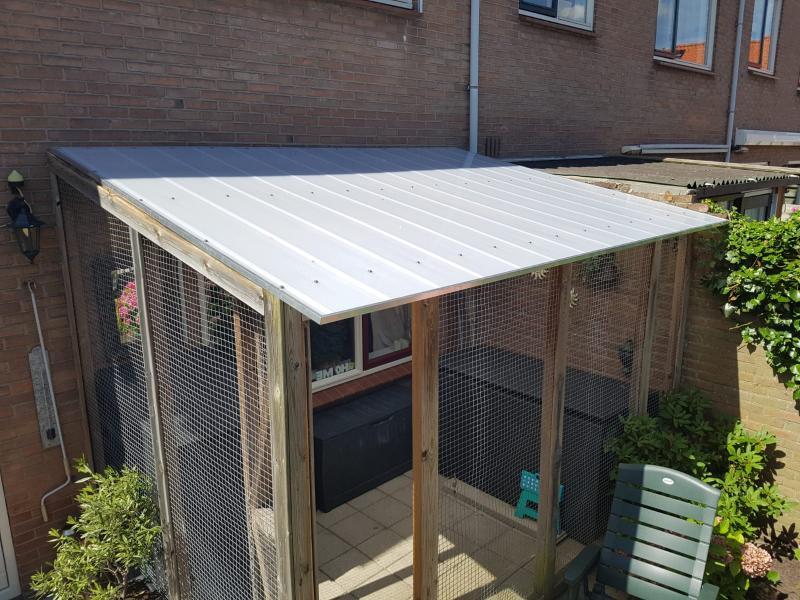 Dak gemaakt uit geisoleerde kunstof dakplaten