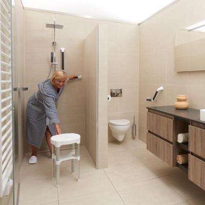 Volledig op valpreventie aangepaste badkamer.