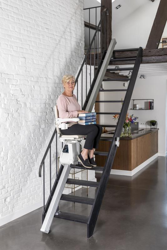 De interieurdirigent adviseert vrijblijvend welke traplift het beste past.