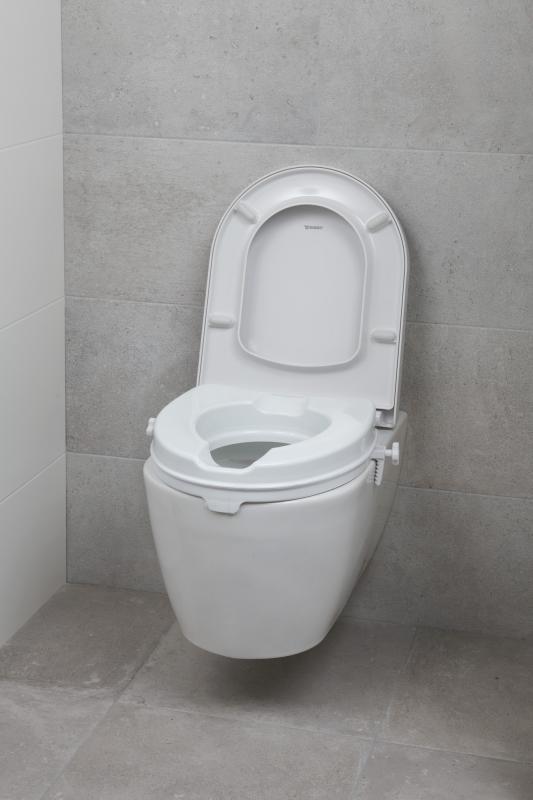 Hier een  toiletverhoger om makkelijker af te stappen.