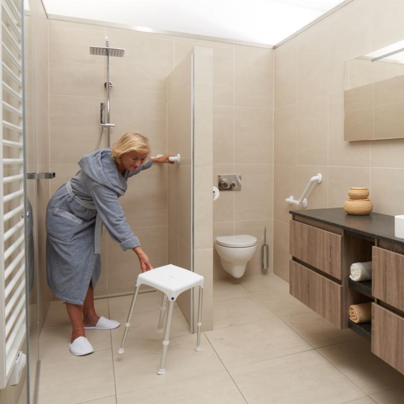 douchestoeltje voor in een grote badkamer.